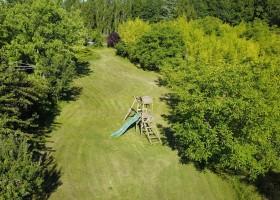 Domaine de Montsalvy in de Lot Frankrijk speelveld en speeltoestel Domaine de Montsalvy 30pluskids