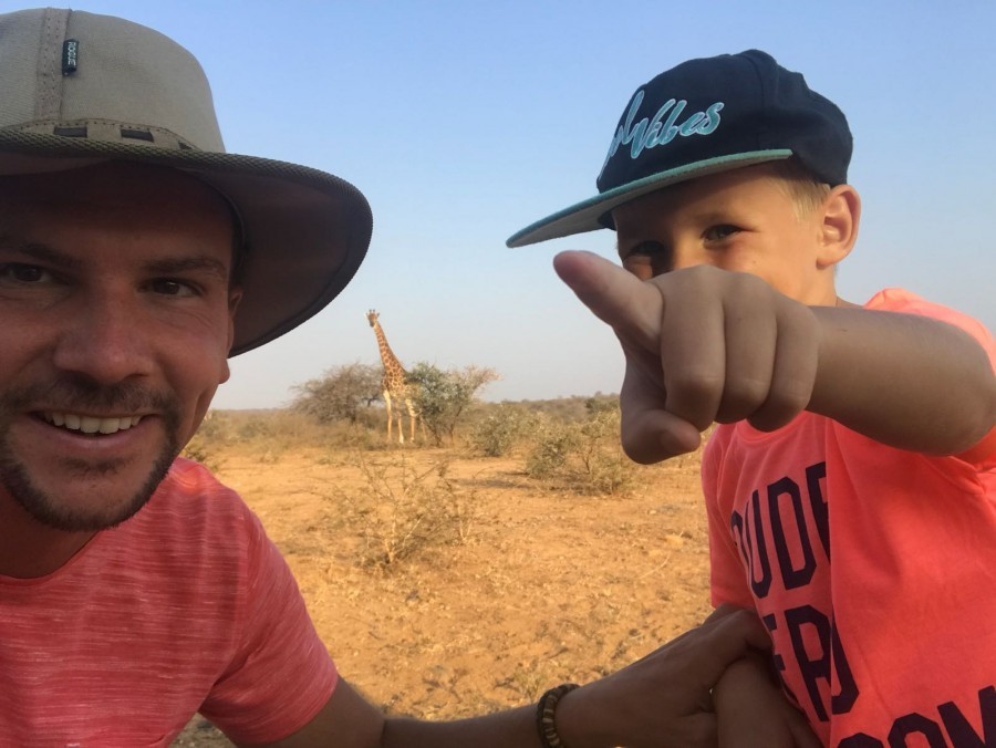Homes of Africa in Hoedspruit, Zuid-Afrika vader en zoon met giraffe op achtergrond (1) Homes of Africa vakantiehuizen 30pluskids image gallery