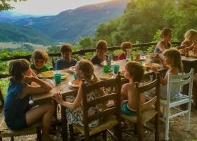 Novanta in Toscane, Italie kids aan tafel Novanta 30pluskids