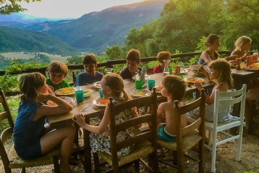 Novanta in Toscane, Italie kids aan tafel Novanta 30pluskids image gallery