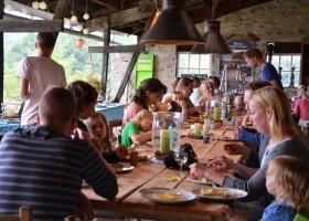 Les 3Etangs in de Auvergne, Frankrijk met z'n allen aan tafel Les 3Etangs 30pluskids