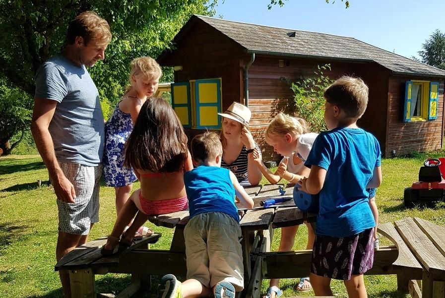 Les Renardieres in de Limousin, Frankrijk kinderen aan tafel