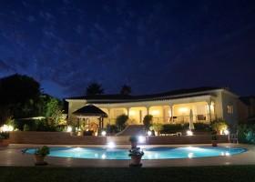 Villa Marbella in Andalusie, Spanje huis in de avond Villa Marbella 30pluskids