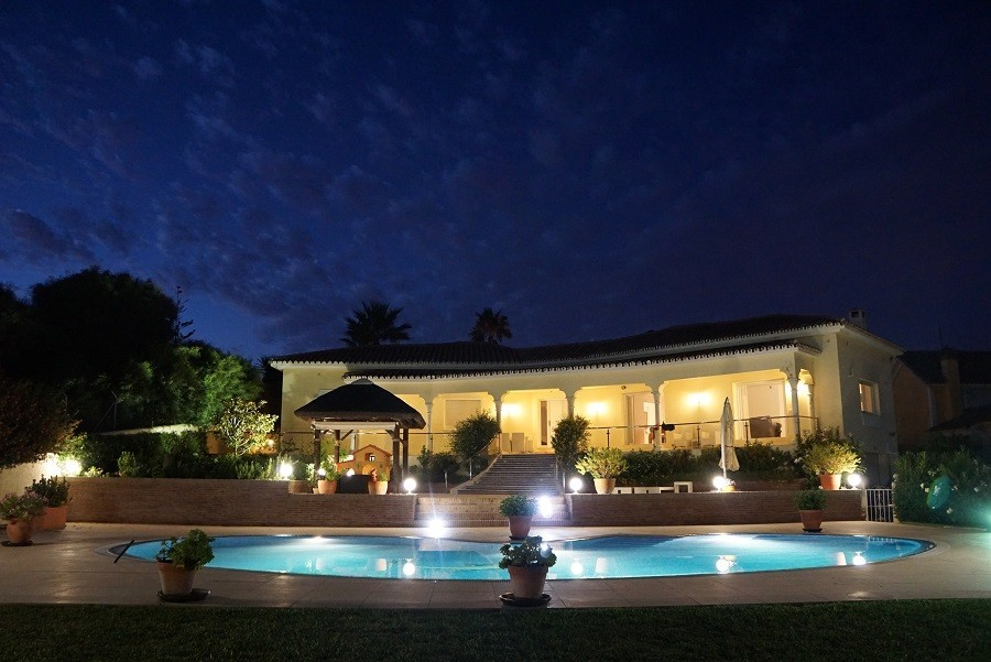 Villa Marbella in Andalusie, Spanje huis in de avond Villa Marbella 30pluskids image gallery