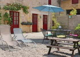 Le Pavillon de St Agnan in de Dordogne, Frankrijk tuin met picknickbank Le Pavillon de St. Agnan 30pluskids