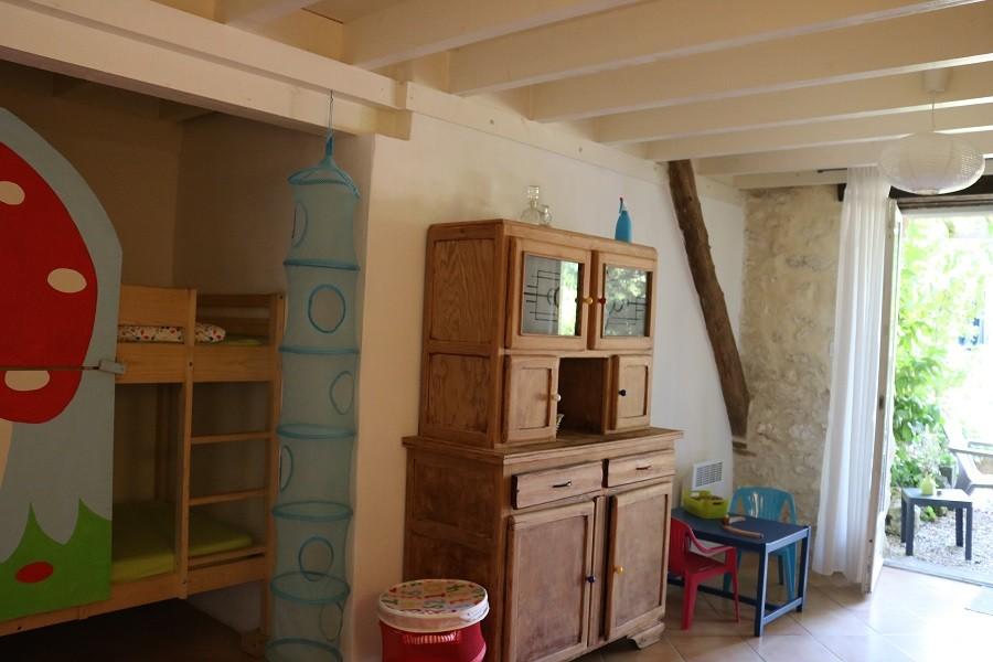 Les Escaliers de La Combe in de Lot, Frankrijk - woonkamer met kinderslaaphoek Les Escaliers de La Combe  30pluskids image gallery