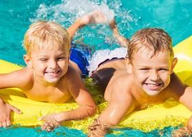 Vakantiehuizen Dordogne in Saint Pierre de Frugie, Frankrijk kinderen in zwembad Vakantiehuizen Dordogne  30pluskids