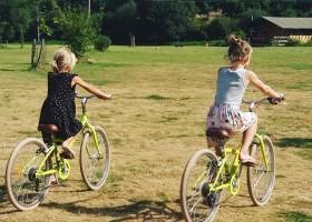 Moulin des Jarasses in de Limousin, Frankrijk meisjes fietsen op de camping Moulin des Jarasses 30pluskids