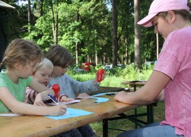 Vlintenholt in Drenthe, Nederland kinderen aan tafel 't Vlintenholt 30pluskids