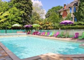 Le Pavillon de St Agnan in de Dordogne, Frankrijk zwembad met kleurige stoelen Le Pavillon de St. Agnan 30pluskids