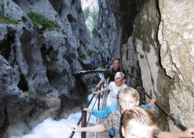 Berghotel Axx in Tirol, Oostenrijk wandelen tussen de rotsen Berghotel Axx 30pluskids