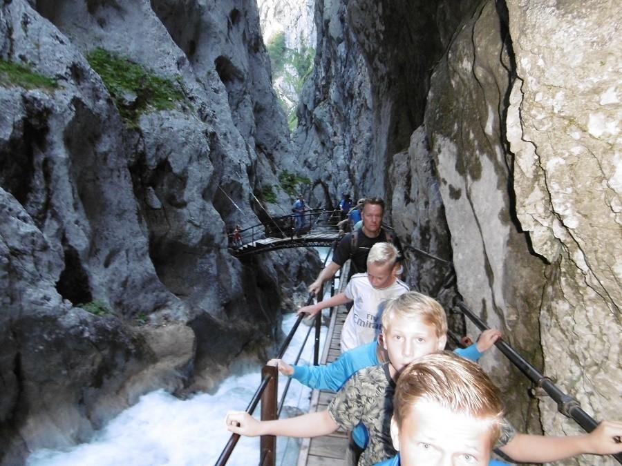 Berghotel Axx in Tirol, Oostenrijk wandelen tussen de rotsen Berghotel Axx 30pluskids image gallery