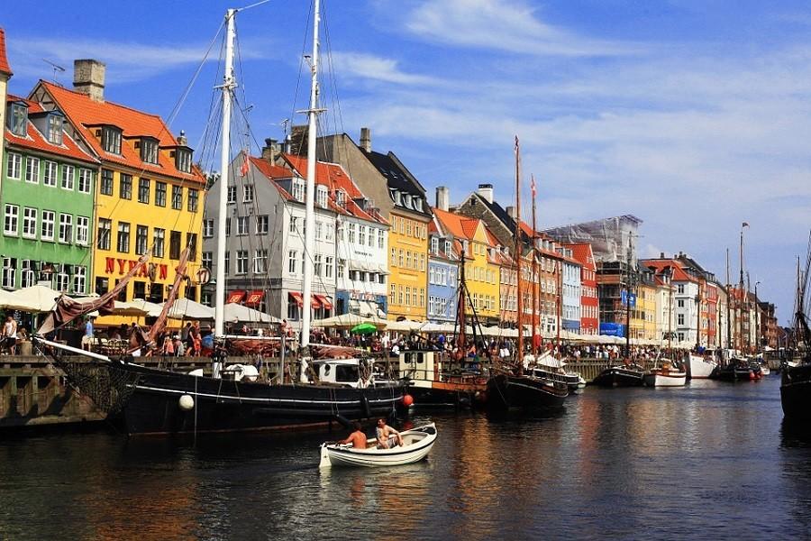 Travelnauts rondreis Zweden denemarken-kopenhagen-gekleurde-pakhuizen-haven-boten-uitzicht Avontuurlijke rondreis door Zweden 30pluskids image gallery