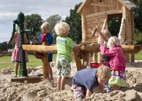 Erve Kleilutte kinderen in speeltuin.jpg Erve Kleilutte vakantiehuizen 30pluskids