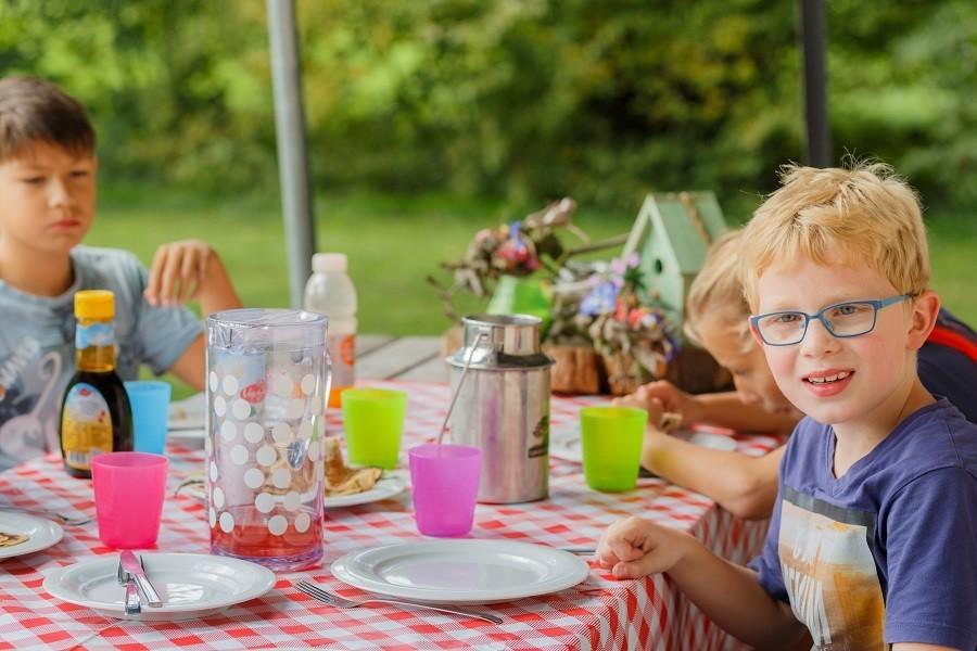 Landrijk De Reesprong in Twente, Nederland kinderen eten Landrijk de Reesprong 30pluskids image gallery