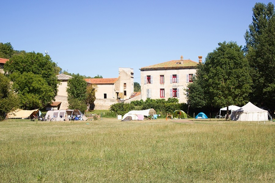 Domaine des Lilas in de Auvergne, Frankrijk kampeerveld Domaine des Lilas 30pluskids image gallery