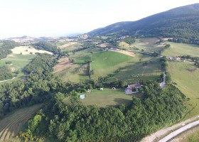 HuisopdeHeuvel in Le Marche, Italie view van bovenaf Huisopdeheuvel  30pluskids