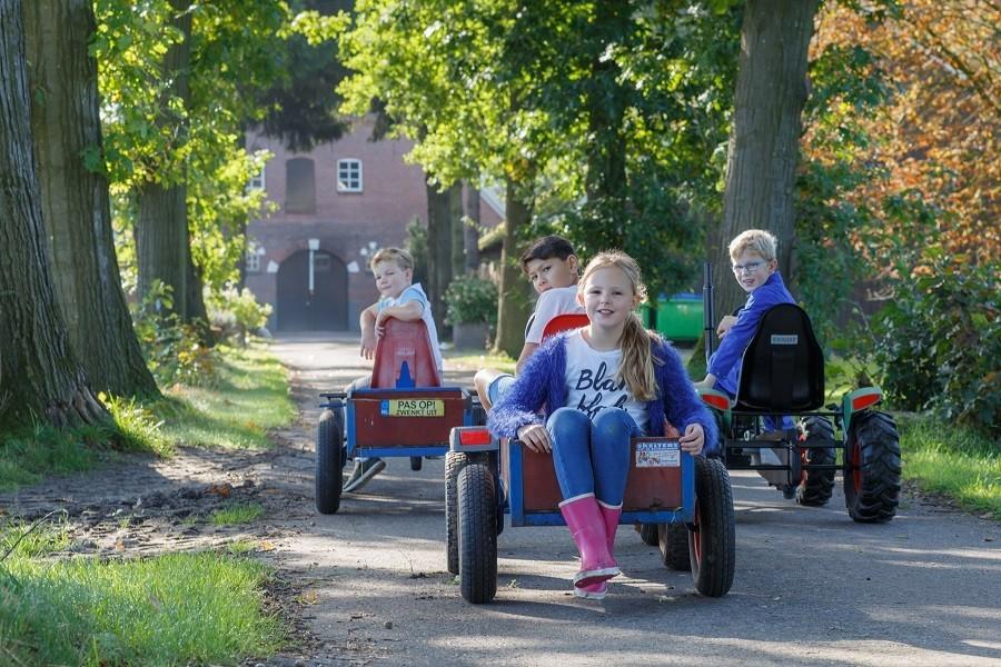 Landrijk De Reesprong in Twente, Nederland kinderen op skelters Landrijk de Reesprong 30pluskids image gallery