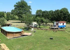 Dans le Jardin in de Bourgogne, Frankrijk overzicht tuin pipowagen Dans Le Jardin 30pluskids