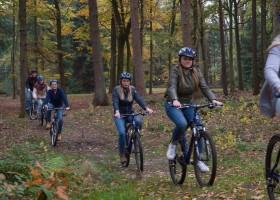 Vlintenholt in Drenthe, Nederland fietsen in het bos 't Vlintenholt 30pluskids