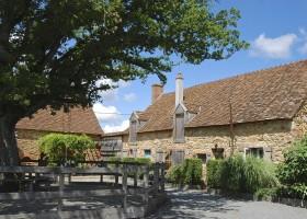 Bonneblond in de Auvergne, Frankrijk binnenplaats Landgoed Bonneblond 30pluskids