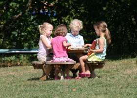 L'Etoile Dore in de Auvergne, Frankrijk kids aan picknicktafel 2 L'Etoile Dore  30pluskids
