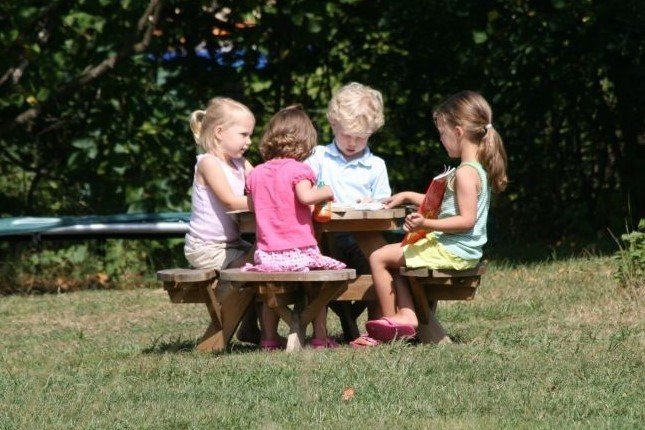 L'Etoile Dore in de Auvergne, Frankrijk kids aan picknicktafel 2 L'Etoile Dore  30pluskids image gallery