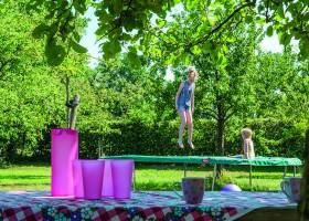 Landgoed De Mosbeek in Twente, Nederland - De Schure kinderen op de trampoline Landgoed De Mosbeek - De Schure 30pluskids