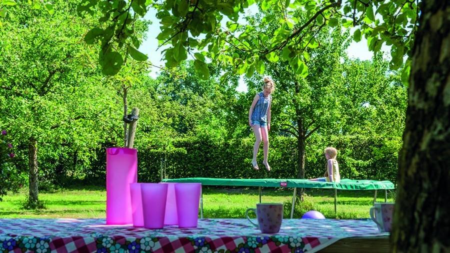 Landgoed De Mosbeek in Twente, Nederland - De Schure kinderen op de trampoline Landgoed De Mosbeek - De Schure 30pluskids image gallery