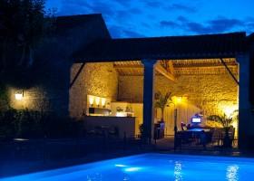 Domaine des Agnelles in de Aude, Frankrijk 's avonds bij het zwembad Domaine des Agnelles 30pluskids