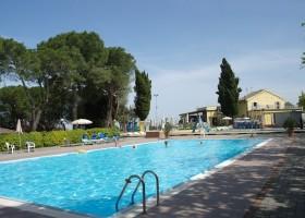STOERbuiten op Camping Mar Y Sierra in Le Marche, Italie zwembad STOERbuiten Breeze lodge, le Marche 30pluskids
