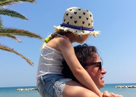 Fortuna Verde in Cossignano, Italie vader en kind aan het strand Agriturismo Fortuna Verde 30pluskids