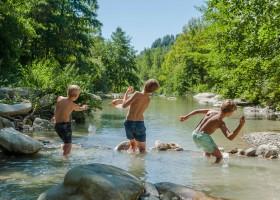 Novanta in Toscane, Italie jongens in riviertje Novanta 30pluskids