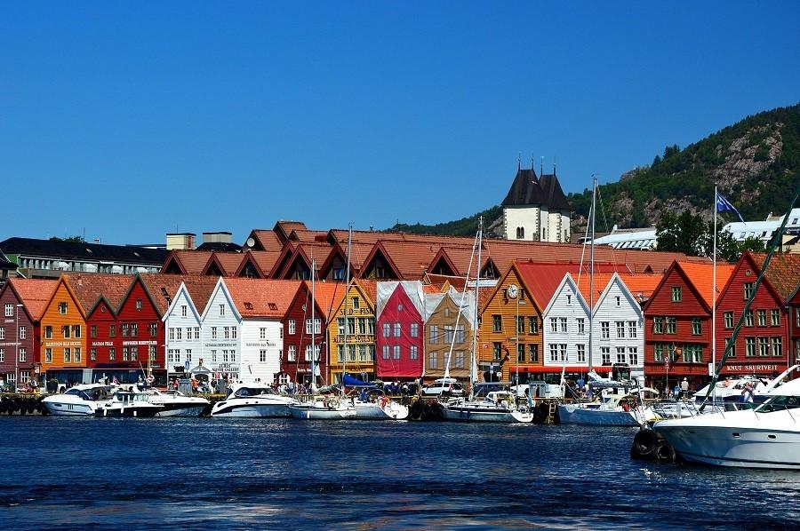 Travelnauts rondreis noorwegen-bergen-haven-boten-gekleurde-huizen Rondreis Noorwegen 30pluskids image gallery