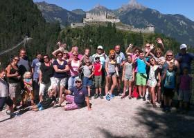 Berghotel Axx in Tirol, Oostenrijk groep mensen bij hangbrug Berghotel Axx 30pluskids