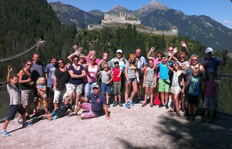 Berghotel Axx in Tirol, Oostenrijk groep mensen bij hangbrug Berghotel Axx 30pluskids image gallery