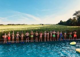Domaine en Birbes Frankrijk in de Languedoc-Rousillon,  zwembad met kids opgelijnd Domaine en Birbès 30pluskids