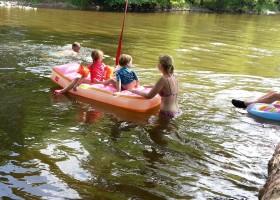 Domaine les Gandins kinderen in rivier.jpg Domaine les Gandins  30pluskids