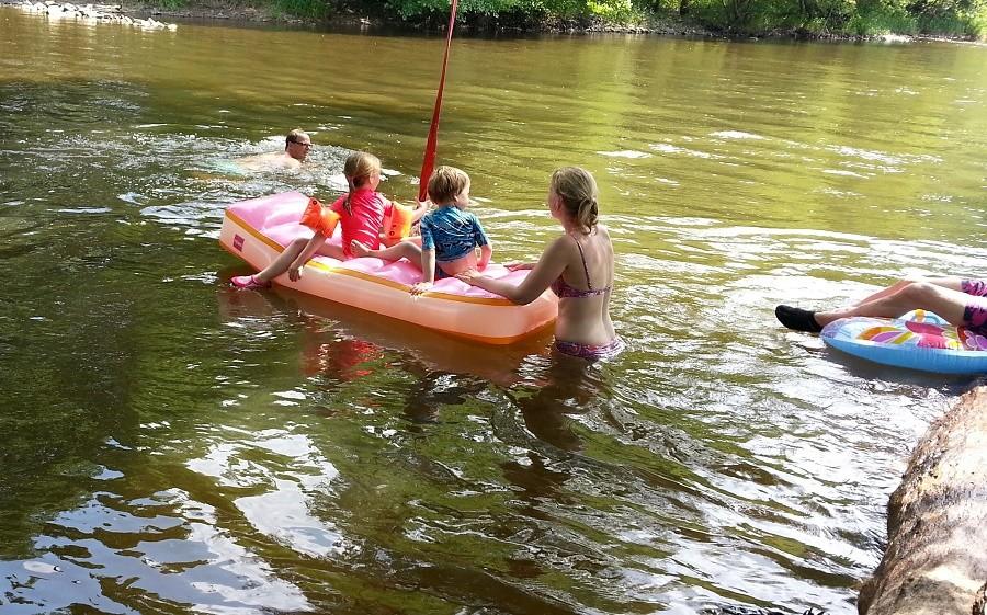 Domaine les Gandins kinderen in rivier.jpg Domaine les Gandins  30pluskids image gallery
