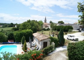 Domaine La Fontaine in de Charente-Maritime, Frankrijk zwembad en zicht dorp Domaine la Fontaine 30pluskids