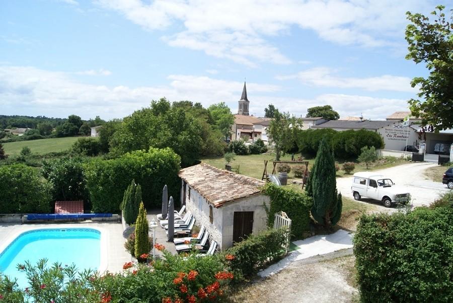 Domaine La Fontaine in de Charente-Maritime, Frankrijk zwembad en zicht dorp Domaine la Fontaine 30pluskids image gallery