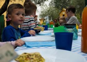 Piazza Pinokkio in San Vincenzo a Torri, Toscane, Italie - samen eten Piazza Pinokkio 30pluskids