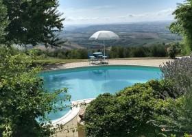 Case Leonori in Le Marche, Italie zwembad uitzicht 1 Agriturismo Case Leonori 30pluskids