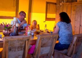 Villa Alwin in Le Marche, Italie aan tafel in safaritent Villa Alwin 30pluskids
