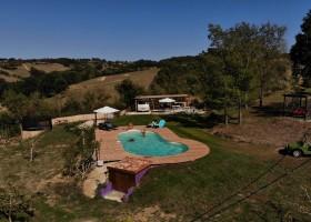 Domaine du Cammazet in Lapenne, Frankrijk zwembad vanuit de lucht Domaine du Cammazet 30pluskids