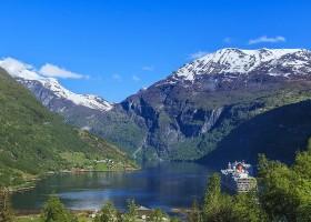 Travelnauts rondreis noorwegen-geiranger-fjord-bergen-water-veerboot-sneeuw-meer Rondreis Noorwegen 30pluskids