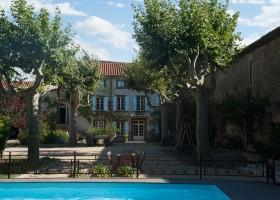 Domaine des Agnelles in de Aude, Frankrijk zwembad en binnentuin Domaine des Agnelles 30pluskids