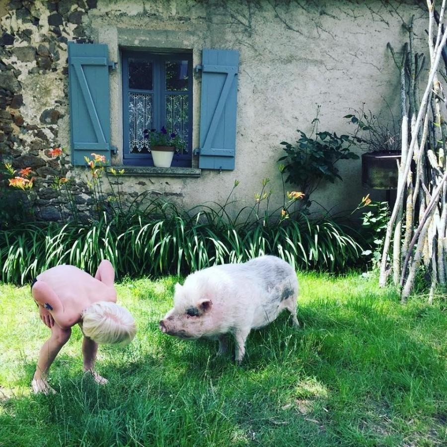Le Mas d'en Haut in de Creuse, Frankrijk jongetje met varkentje