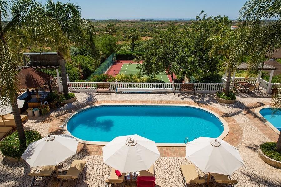 Vila do Ouro in de Algarve, Portugal zwembad en tennisbaan