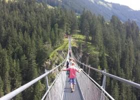 Berghotel Axx in Tirol, Oostenrijk spectaculaire hangbrug Berghotel Axx 30pluskids